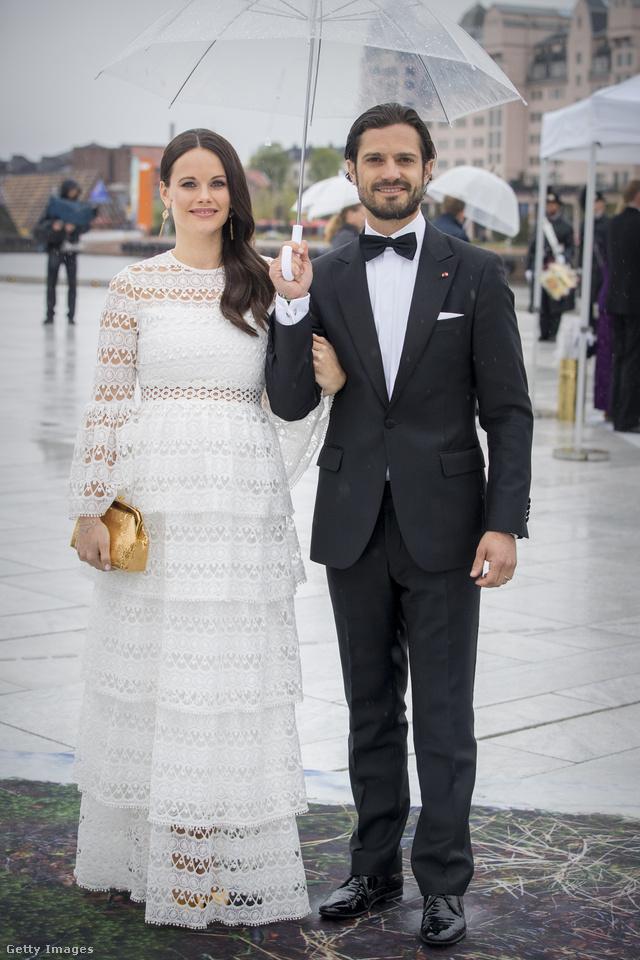 Szonja norvég királyné és V.Harald norvég király 80. születésnapján viselte ezt az Alexis által tervezett maxiruhát, ami 792 dollárba, körülbelül 218 ezer forintba kerül az üzletekben.