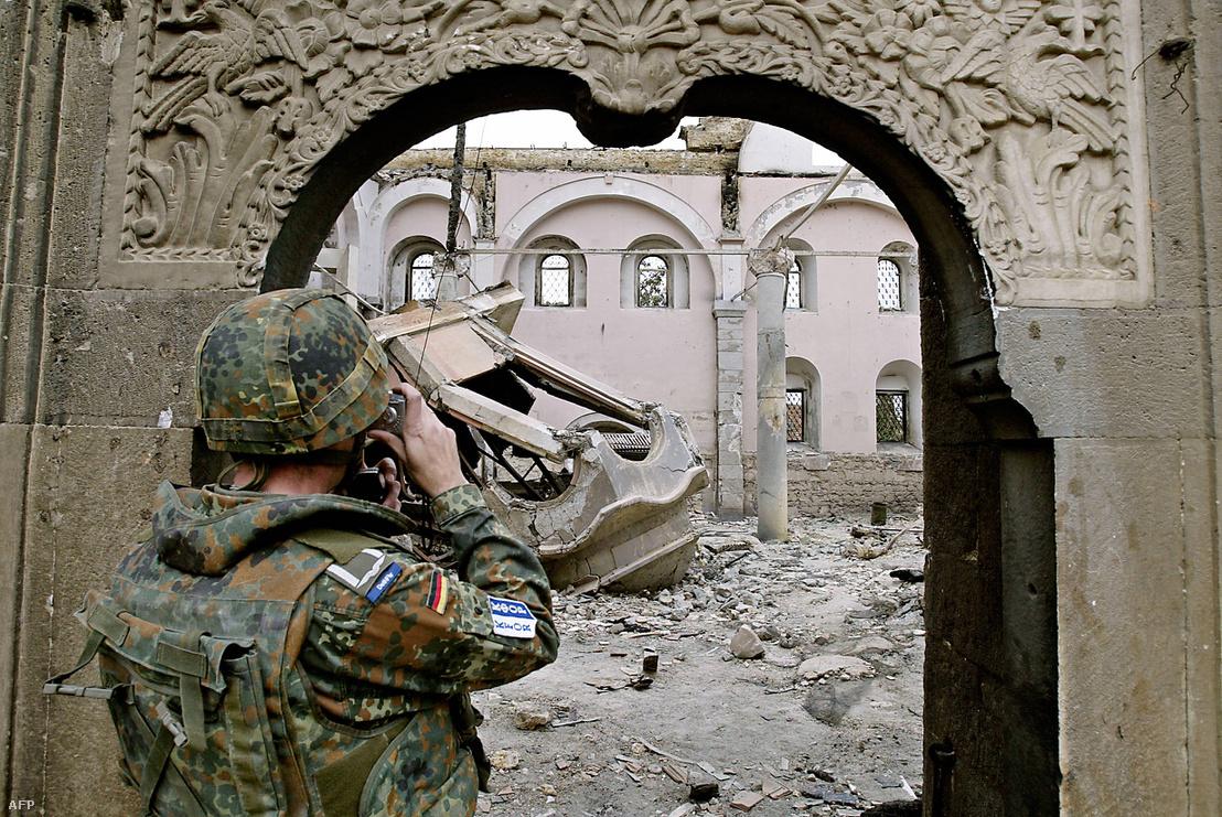 A német hadsereg a koszovói Prizrenben 2004-ben.