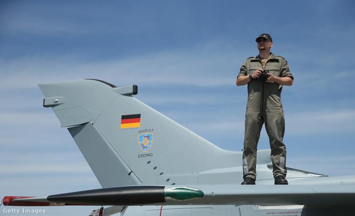 Egy Bundeswehr katona egy jetfighteren a 2014-es berlini légi parádén