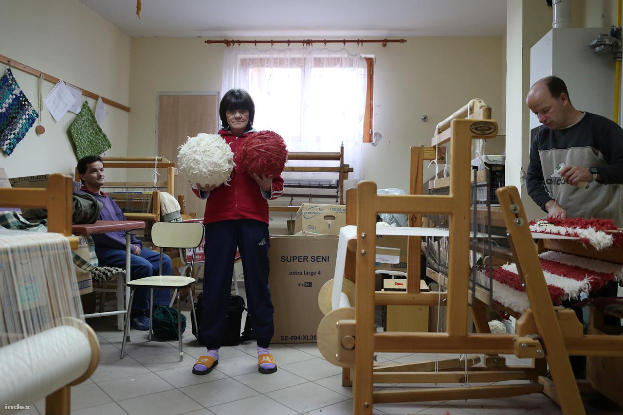 Értelmi fogyatékos, de kit érdekel?Két évvel ezelőttig egy kétszáz fős, bentlakásos intézményben éltek, ahogy ma Magyarországon húszezer értelmi fogyatékos társuk. Ők a kevés kivétel tagjai, akik önálló, teljesen hétköznapi életet élhetnek. A TASZ segítségével háromrészes riportsorozatban mutattunk be értelmi fogyatékosok integrációjához elindított projekteket.