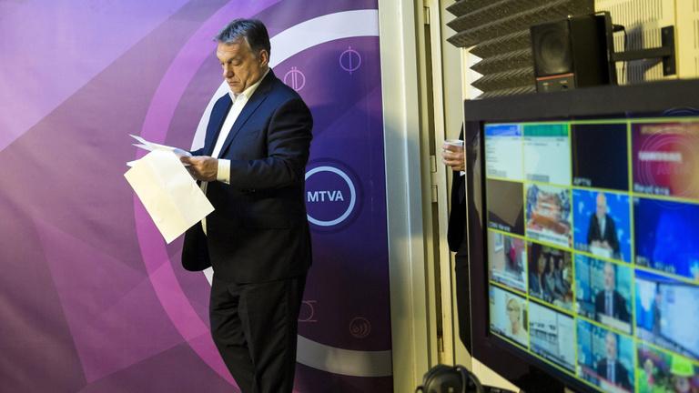 Orbán megüzente, választani kell: bank vagy média