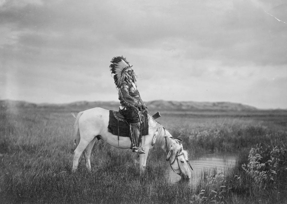 Akinek megvolt Ülő BikaAz 1900-as évek elején a seattle-i fotográfus és etnológus, Edward S. Curtis (1868–1952) elhatározta, hogy az Egyesült Államok nyugati államaiba utazik, és dokumentálja a nyugati civilizáció által még meg nem érintett őslakosok hétköznapjait.