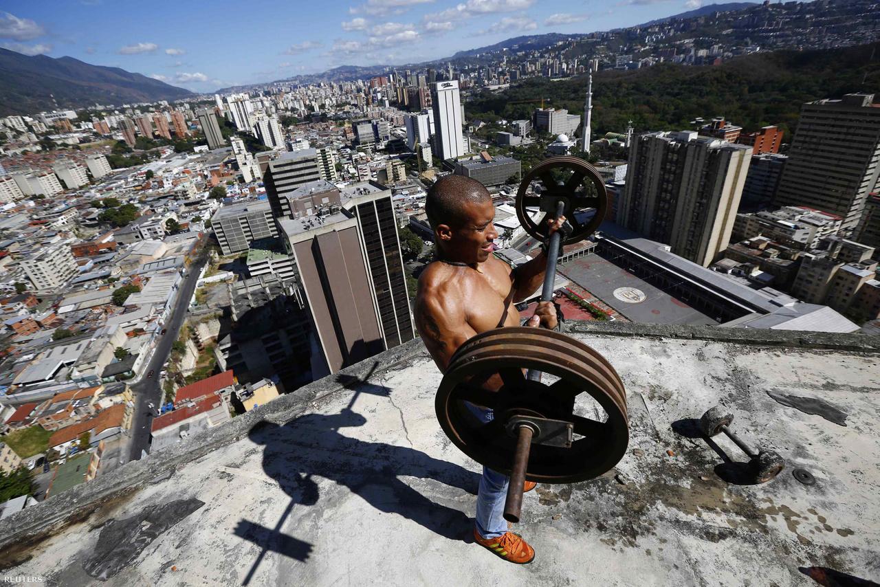 Nyomornegyed a város felettNyomornegyed magasodik Venezuela fővárosa, Caracas közepén. Házfoglalók költöztek be néhány éve egy üresen álló felhőkarcolóba, amit megépítésekor a kapitalizmus jelképének szántak, azóta viszont a Chávez-korszak lakáspolitikájának csődjét szimbolizálja. A lakók a legritkábban engednek be ide újságírókat, ami érthető, hiszen a venezuelai média tele van az épületet és lakóit lejárató cikkekkel. Ezért is különlegesek Jorge Silva képei.