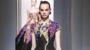 Nőies vonalak és vibráló színek Oscar de la Renta kifutóján