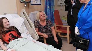 Erszébet királynő meglátogatta a manchesteri robbantás sérültjeit