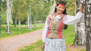 Ázsiai lány finn népviseletben