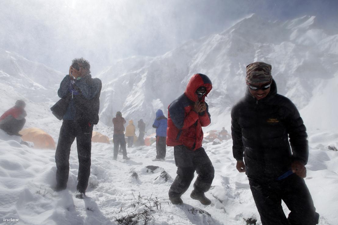 Öt évvel ezelőtt Földes András világhódító riportjával indult útjára a rovat. András Erőss Zsolt hegymászót kísérte e la világ tizedik legmagasabb hegyére, a 8091 méteres Annapurnára.