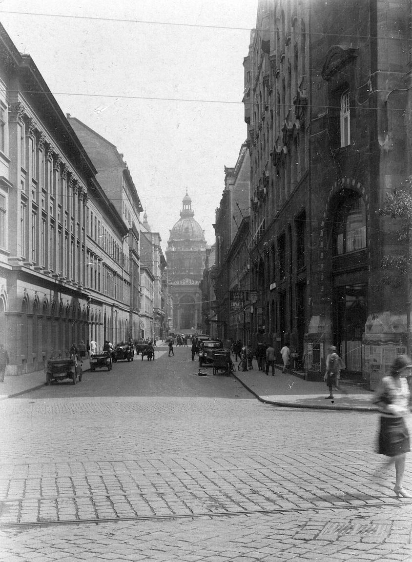 1928 Zrínyi utca a Duna felől nézve,háttérben a Bazilika, jobbra a Gresham-palota sarka Fotó: Pesti Brúnó FORTEPAN