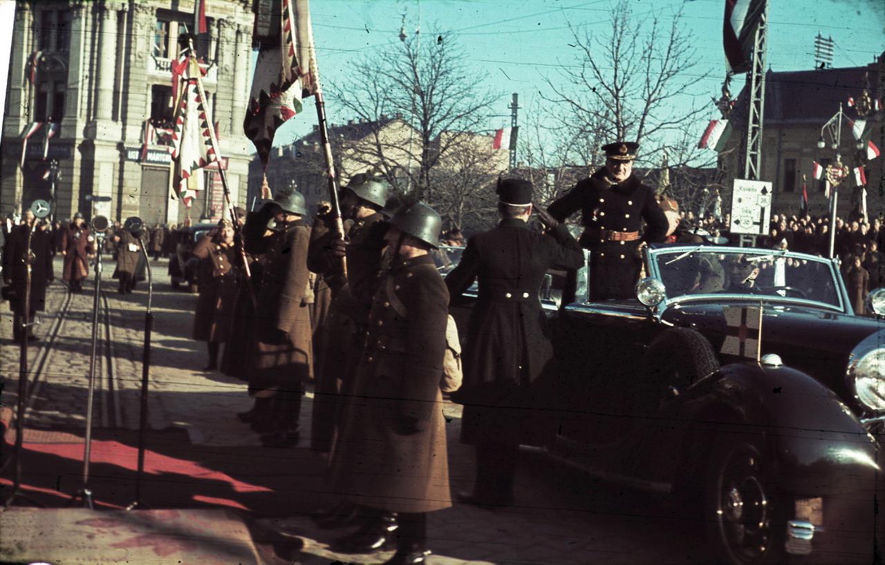 1941 Kossuth tér, ünnepség a frontról hazatért katonák tiszteletére a Városháza előtt. Horthy Miklós kormányzó érkezése Nyíregy Fotó: FORTEPAN