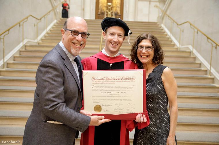 A Facebook alapítója ezzel a fotóval büszkélkedett el diplomájával