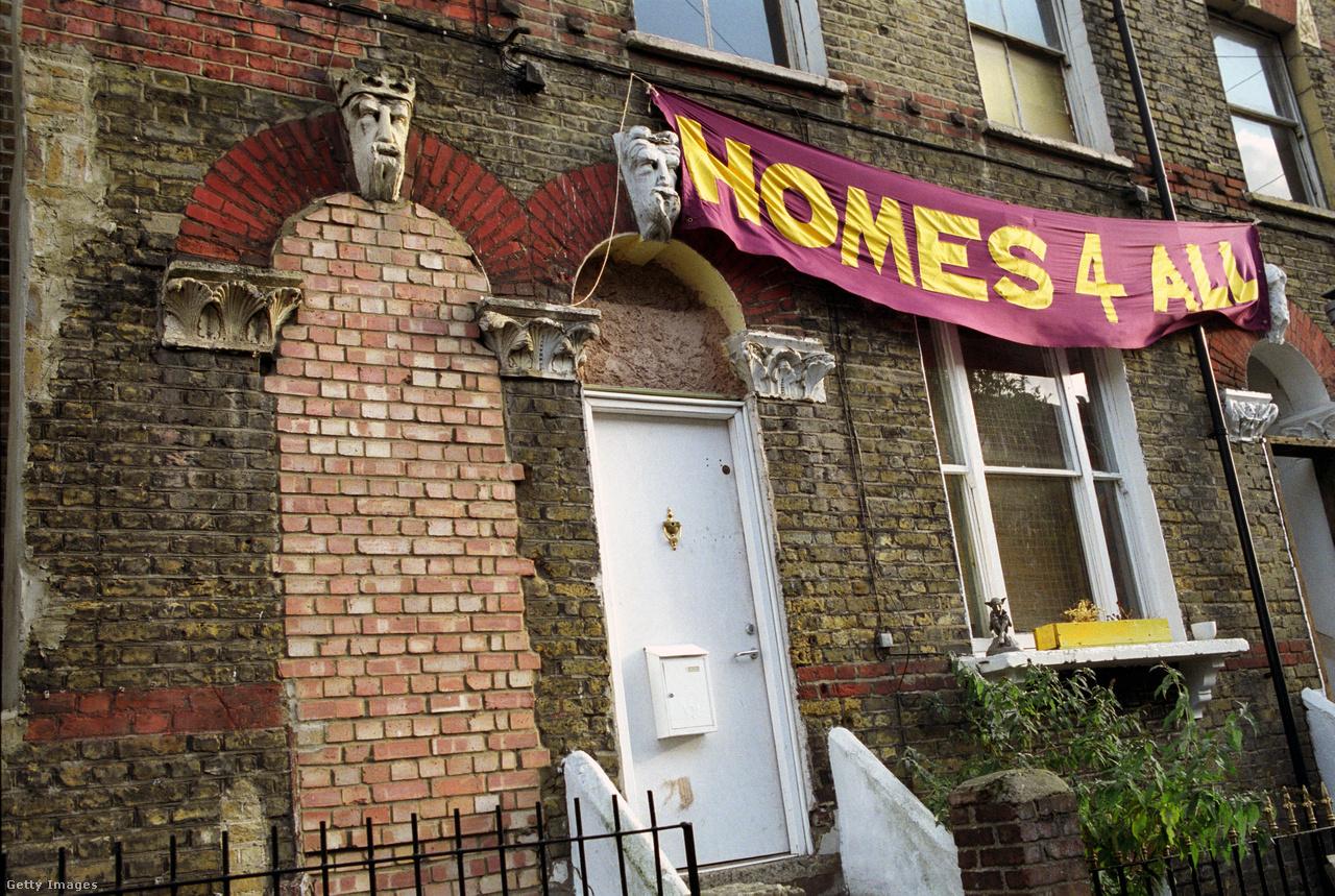 """Az utca leghíresebb épülete a Rasztafári templom volt az északi részen, ahol Bob Marley lakott 1977-ben, amikor itt vett fel egy lemezt. Rogers szerint """"nyaranta vörös babot és húsételeket vehettél a jamaicai asszonyoktól, de a végére a templom is elveszítette a közösségi jellegét. Az öreg rasztákat dílerek váltották fel, folyamatosak voltak a rendőri razziák, és minimum két lövöldözés is volt a környéken."""""""