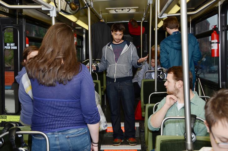 Boross Martin próbát tart a buszon