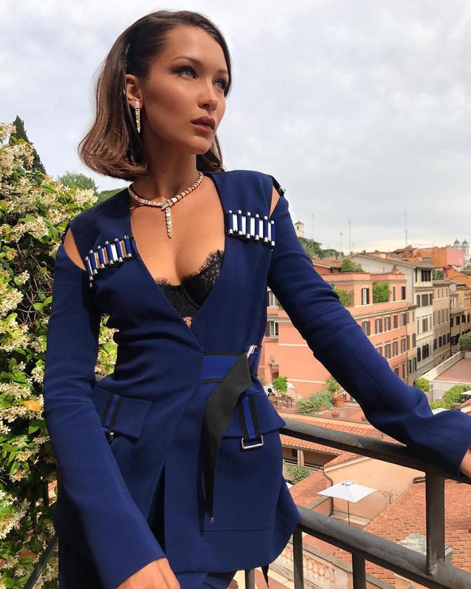 Néhány napja például a Bvlgari divatcég kampányában vett részt Rómában, és kisebb népünnepély alakult ki abból, hogy a modell végigment a Spanyol lépcsőn