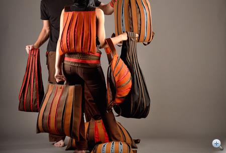 Esztány István: Bővülő táskák (Magyar Formatervezési Díj, Diák kategória) - A táskák elsődleges funkcionális előnye, hogy a szerkezetből adódóan nyugalmi állapotban nem foglalnak sok helyet, és ahogy pakolunk bele, úgy növekszik méretük. A tervező abból a formai-szerkezeti megoldásból merített, amikor a lányok tánc közben forognak és a mozgás hatására bővül szoknyájuk. A táskák csíkozása népi ihletésű; formai megjelenésükben az egyediséget és a mai designt tükrözik.