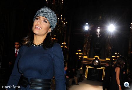 A bemutatónak és Salma Hayek turbánjának a helyszíne egyébként az Opera Garnier volt Párizsban
