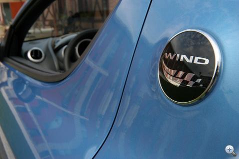 Talán egy szélfútta sálat látunk? Önálló logót is rajzoltak a Windnek