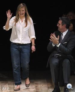 Sarah Burton integetéssel nyugtázza a tapsot az Alexander McQueen-bemutató végén