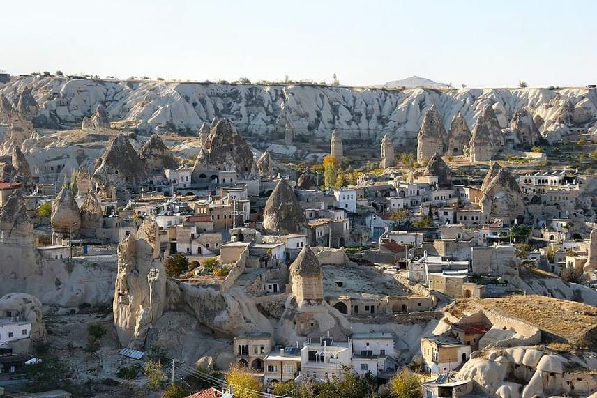 Itt találhatóak a híres föld alatti városok is, melyek feltehetően az első törökországi keresztények búvóhelyéül szolgáltak.
