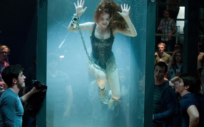 Isla Fisher a Szemfényvesztők forgatásán került szorult helyzetbe. A színésznő az egyik jelenetben eljátssza, hogy bent ragadt egy üvegburában, amit megtöltenek vízzel, és hiába kiabál, senki nem tud segíteni rajta. Sajnos Isla Fisher lába valóban beszorult a tartály alján lévő láncokba, azonban senki nem sietett a segítségére, mert azt hitték, csak a játéka rendkívül hiteles. Szerencsére időben ki tudta szabadítani a a lábfejét, és a felszínre tört, mielőtt megfulladt volna.