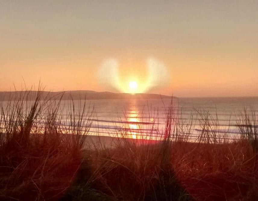 Ez év márciusában Cornwallban a szép színekben pompázó naplementét szerették volna megörökíteni, ám a kész kép különlegességét nem egyedül a természet látványa adja: a fotó közepén, a nap előtt egy angyalalak fedezhető fel, mely bizonyára egyszerre tölthette el döbbenettel és áhítattal a kép készítőjét.