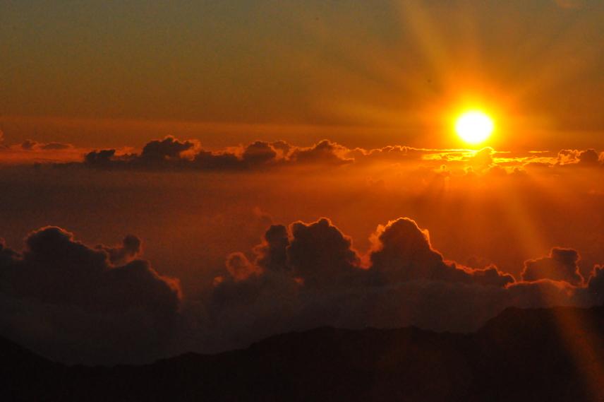 A Haleakala szó jelentése: a Nap háza. Az elnevezés rendkívül találó, az ide látogató turisták ugyanis szervezett túrák keretében is megnézhetik a gyönyörű napfelkeltét.