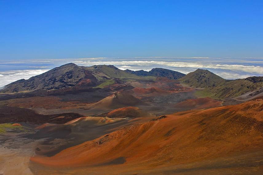 A kráter felszíne igazán változatos: erdők, rétek, sivatagos területek gazdagítják, valamint egy tó is található itt. A Haleakala környékét 1961-ben nyilvánították nemzeti parkká.