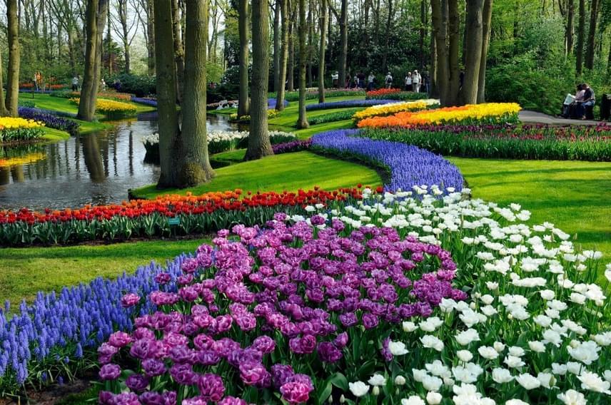 A parkot egy 15. századi vadászterületen hozták létre. Az illatos, színpompás virágok lenyűgöző látványt nyújtanak.