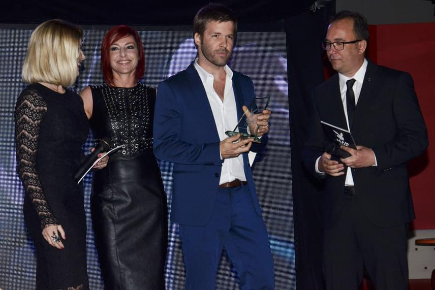 Sebestyén Balázsnak az Az év médiaszemélyisége díjat kolléganője, Erős Antónia adta át