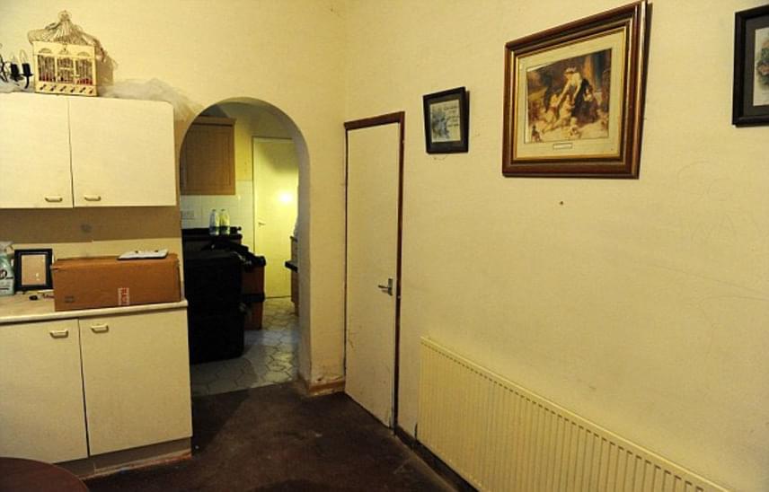 A házban történtek miatt senki sem akar beköltözni oda, ráadásul az épületet a környék lakói már el is nevezték: a The Hostel, azaz a szálló nevet kapta, ami csak fokozza hátborzongató mivoltát.