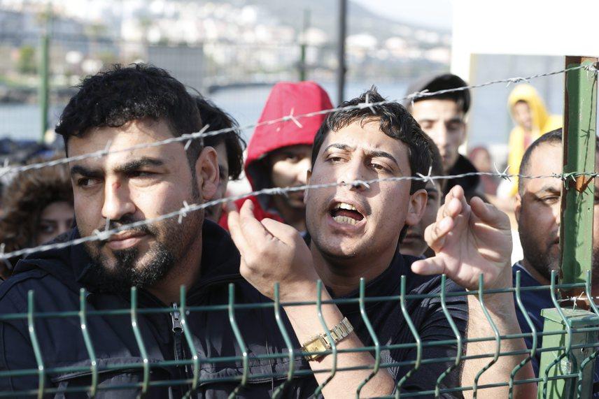 Izmir partjainál elfogott bevándorlók, akik arra várnak, hogy továbbszállítsák őket egy migránstáborba. Ez a kép két nappal azután készült, hogy megkezdték a szállításokat.