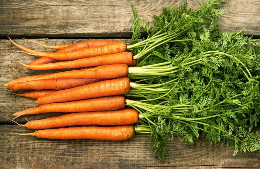 Az A-vitamin természetes forrásai közé tartozik például a sárgarépa, a sárgabarack, a sütőtök, de általában jelentősebb mennyiség található belőle a sárga, piros és zöld színű zöldségekben, gyümölcsökben, emellett a tejtermékek, a tojássárgája, illetve az állati belsőségek is tartalmazzák. A napi szükséglet egy felnőtt ember számára körülbelül 1,5 milligramm, terhesség és szoptatás esetén azonban akár 2,5 milligramm is lehet. Fontos tudni azonban, hogy az A-vitamin zsírban oldódó vitamin, így könnyen kialakulhat túladagolás, melynek tünetei közé tartozhat például a hajhullás, a bőrgyulladás, valamint a bőr sárgás színűvé változása.