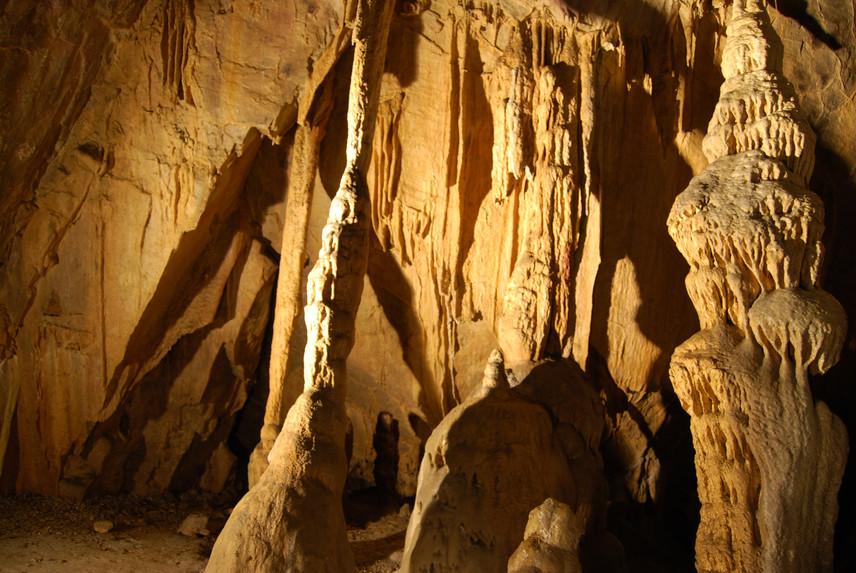 Lillafüred, István-barlang                         A Miskolc közelében található, gyógyhatású barlang fokozottan védett. Nem látogatható teljes hosszában, hiszen még nincs egészében feltárva. Legmélyebb szakasza a beszédes Pokol nevet viseli, ám a Fekete terem is kihagyhatatlan, hiszen itt alakították ki a terápiára alkalmas gyógybarlangrészt, ahol többek között relaxációs, zeneterápiás lehetőségek is vannak. A levegő pollenmentes, közel 100%-os páratartalmú, így nagyon jót tesz a légúti megbetegedésben szenvedőknek.