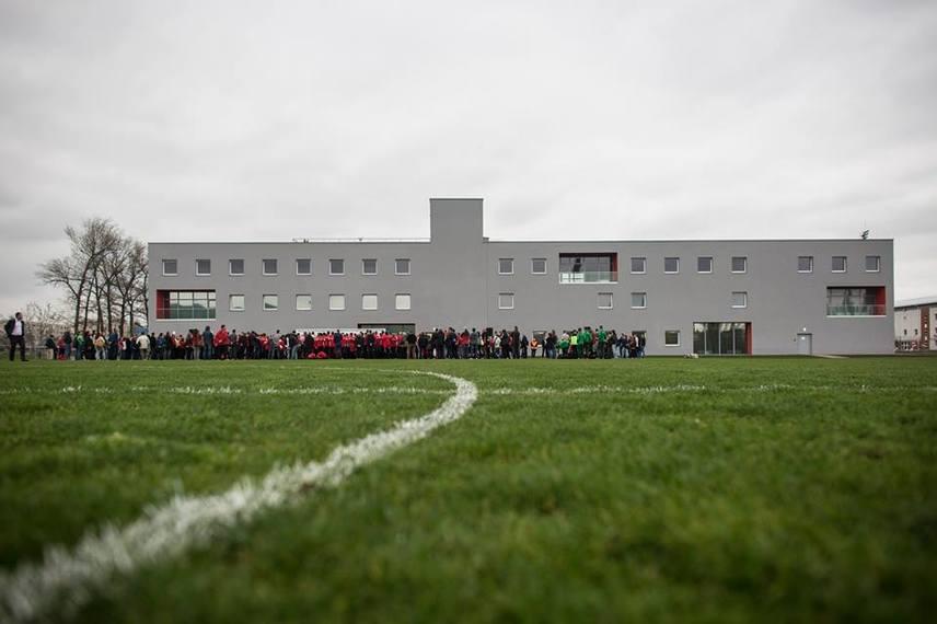 Így néz ki a DVTK új edzőközpontja Miskolcon, melyet közvetlenül a diósgyőri stadion mellé építettek. Csaknem 900 millió forintba került. A korábbi számozott utcákból elköltöztették a lakókat, akik kompenzálásképp nem kaptak valami sokat.