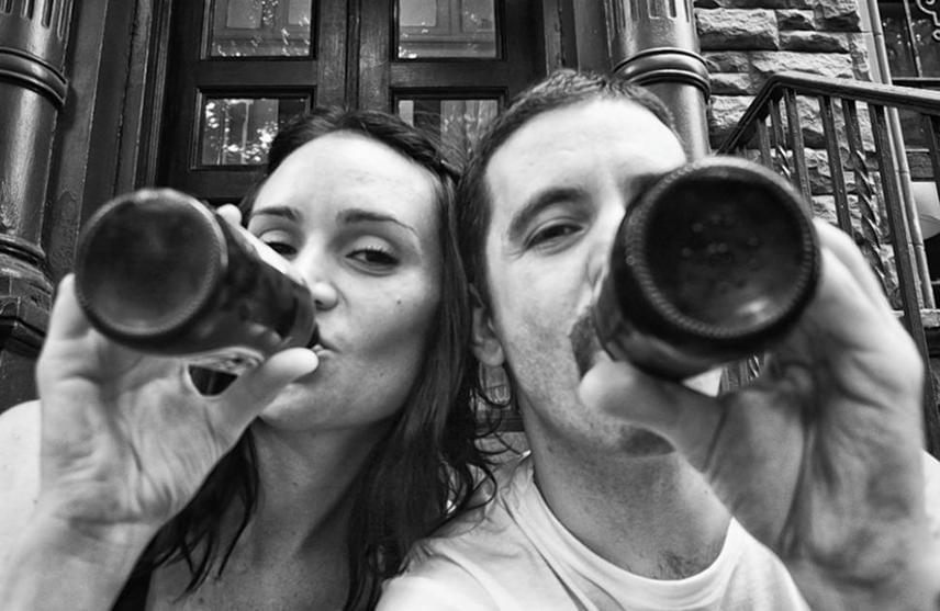 Attól a naptól, amikor még jól volt, felesége haláláig rögzítette a közös pillanatokat. Ez a fotó első otthonuk lépcsőjén készült. A pár 2005-ben ismerkedett meg egy clevelandi étteremben, ahol Jennifer vezető volt, Angelo pedig csaposnak jelentkezett.