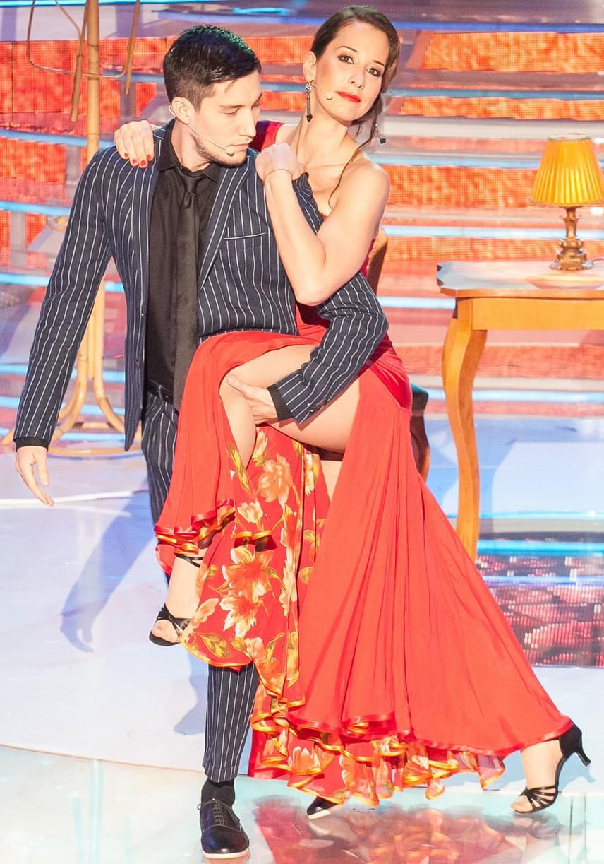 Demcsák Zsuzsa combjait is megvillantotta a tangózás során ebben a piros ruhában.
