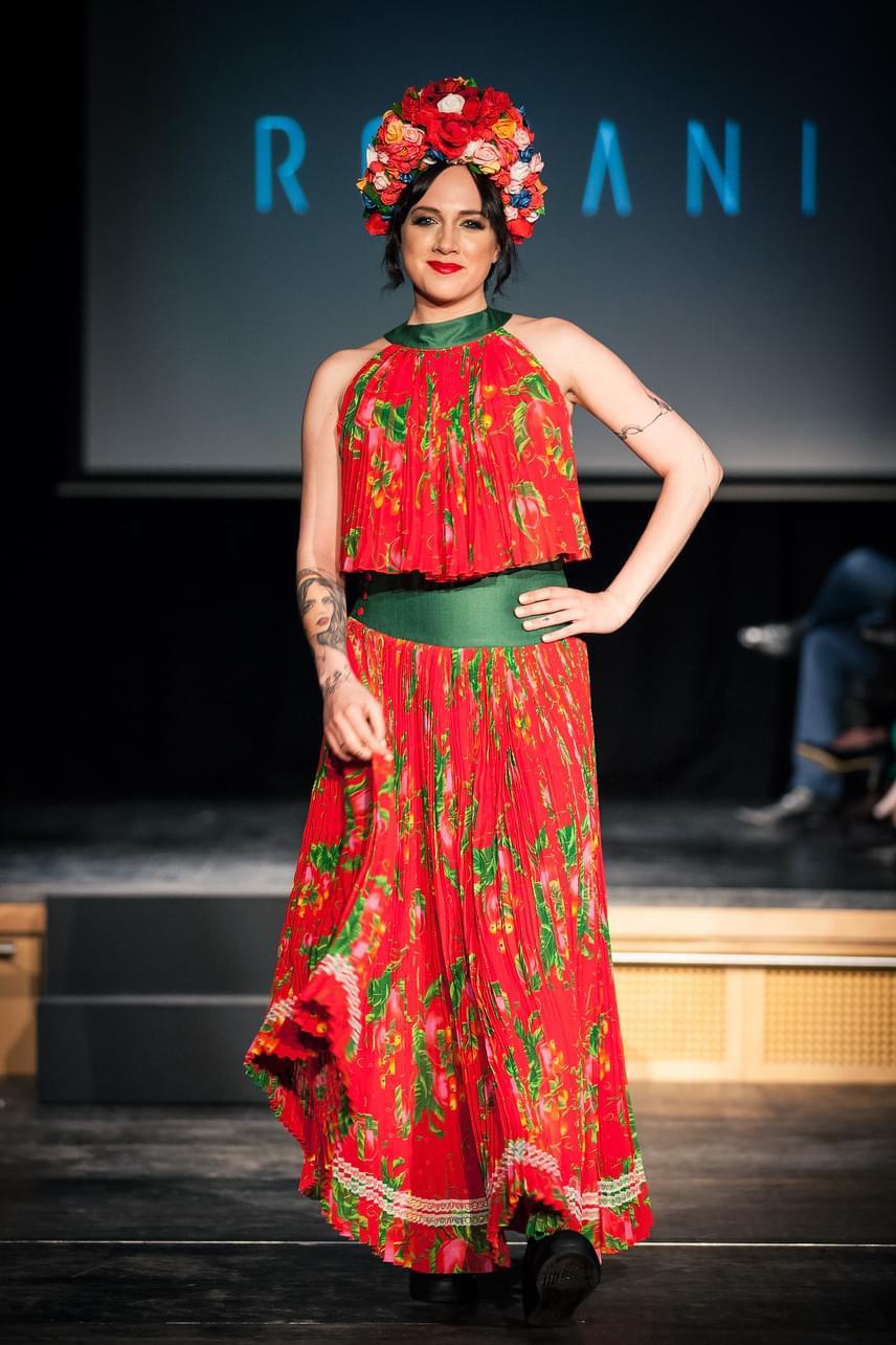 Tóth Gabinak remekül állt a piros alapszínű, autentikus cigány elemekkel díszített ruha.