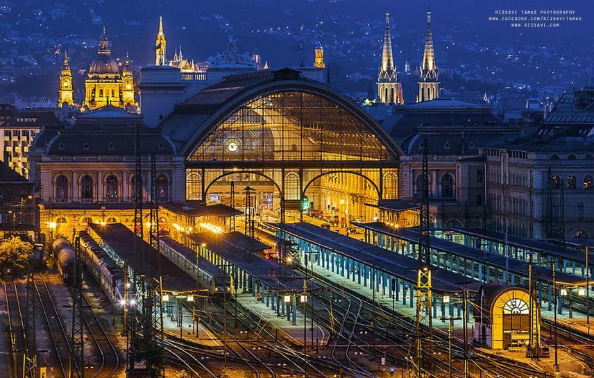 Budapest legforgalmasabb pályaudvara, a Keleti pályaudvar este.