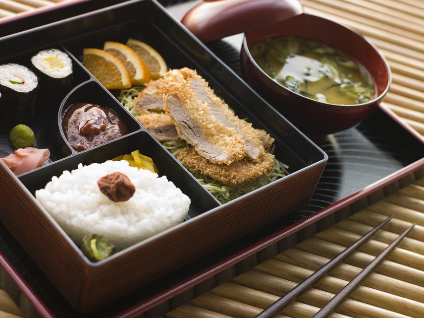 Európai szemmel furcsa látni a japán ételeket, melyek rendszerint nagy gondossággal, különleges, hagyományos formákba rendezve készülnek. A szabályos formájú falatok másik érdekessége, hogy mindig viszonylag szerény adagok kerülnek az asztalra, pontosan annyi, hogy éppen jól lehessen velük lakni. A japán adagok nem teszik lehetővé a túlevést, hiszen megszokott, hogy az étkezés egy falattal sem tart tovább a teltségérzet jelentkezésénél. Érdemes a fogyókúra során hasonlóan kiszámolt porciókat készíteni magadnak, hogy egyszerűbb legyen mértéket tartani.