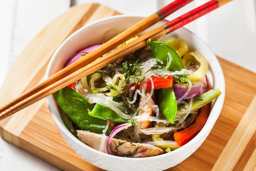 Nemcsak a japán fűszerezésből érdemes átvenned néhány elemet, de az alapanyagok között is akad számos, a fogyókúrába jól illeszkedő választás. A japán ételek jelentős része nem tartalmaz húst, csak zöldségeket és rizst, így az ország lakói sok növényi fehérjét és vitamint fogyasztanak. Próbálj meg minél több zöldséges fogást és magas fehérjetartalmú hüvelyest - mint a bab, a lencse vagy a cukorborsó - beiktatni az étrendedbe, és az eredmény nem csak látványos, de tartós is lesz.