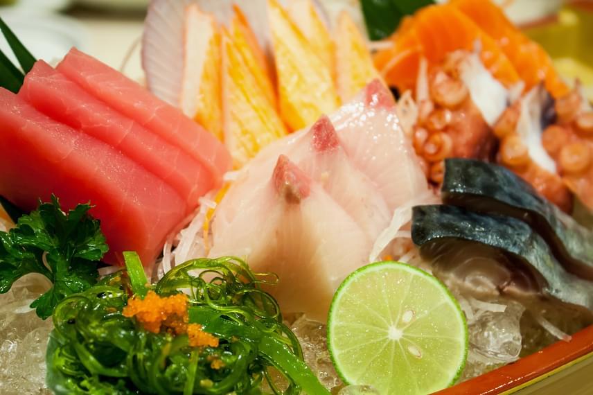 A szigetországban élők számára természetes a tenger és ajándékainak közelsége, így étkezésük fontos részét képezik a halak, rákok és algák. Ugyan a Japánban megszokott nyers halhús idegen a magyar konyha számára, mégis érdemes időnként egy-egy húsos ételt sovány tengeri hallal helyettesíteni - ezek kevesebb zsírt és sokszor kevesebb kalóriát tartalmaznak, mint a vörös húsok, ráadásul gazdagok a zsírban oldódó A- és D-vitaminban.