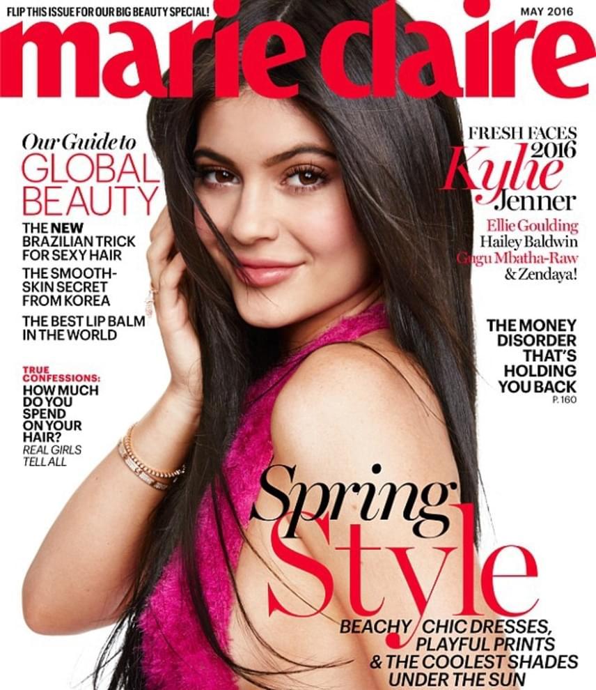 A Marie Claire grafikusai mintha mindenáron egy Kim Kardashian-klónt akarnának faragni Kylie-ból: nemcsak az arcát szerkesztették meg, de még a haja is hosszabb lett a címlapfotón.