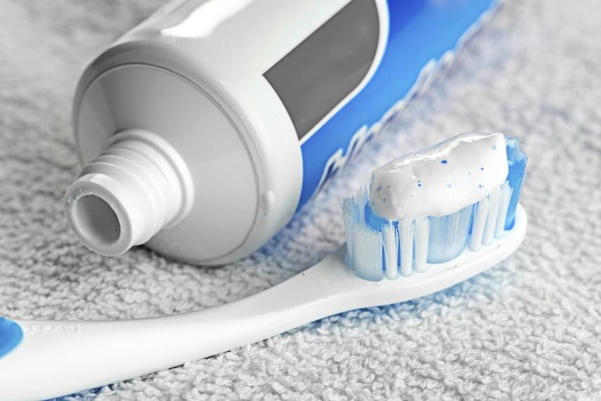 A fogorvosok ajánlása szerint a fogkefét fontos kicserélni legalább 8-12 hetente, sok minden múlik azonban a használat gyakoriságán, illetve bizonyos körülmények fennállásán is, ha például a sörték már szétállnak, érdemes újat beszerezni, csakúgy, mint betegségek után. Fontos a cserét gyakrabban megejteni akkor is, ha ínyproblémákkal, gyakori ínyvérzéssel küzdesz, ellenkező esetben a fogkefén elszaporodó baktériumok csak fokozzák a tüneteket, nem beszélve arról, hogy a régi sörték könnyebben is felsérthetik az ínyt. Kattints ide, ha még többet szeretnél megtudni a témáról!