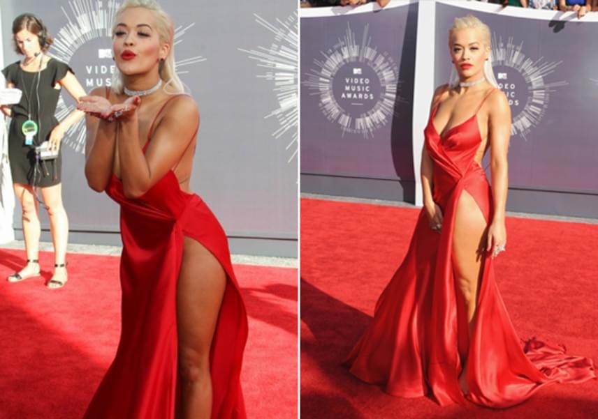 Rita Ora ennél jobban meg sem mutathatta volna, hogy nem visel alsóneműt - ebben a merész, piros estélyiben érkezett a 2014-es Met-gálára.