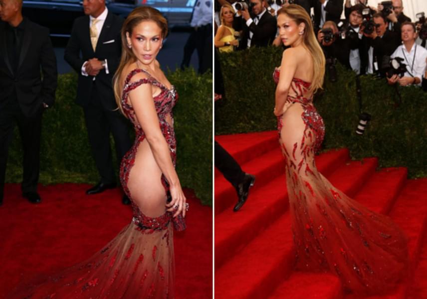Jennifer Lopez a tavalyi Met-gála egyik legdögösebb sztárja volt sárkányt formázó pucérruhájában. Természetesen bugyit nem húzott a dögös darab alá.