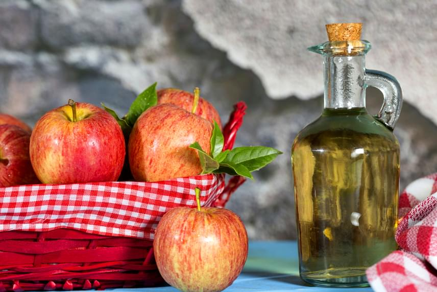 Az almaecet, illetve az ecet savas közege is gátolja a vírusok működését, érdemes ezért már akkor alkalmazni, ha észleled a kezdeti, jellegzetes bizsergést. Márts egy vattapamacsot a folyadékba, tedd az érintett területre, és ismételd meg akár naponta négy-öt alkalommal is.