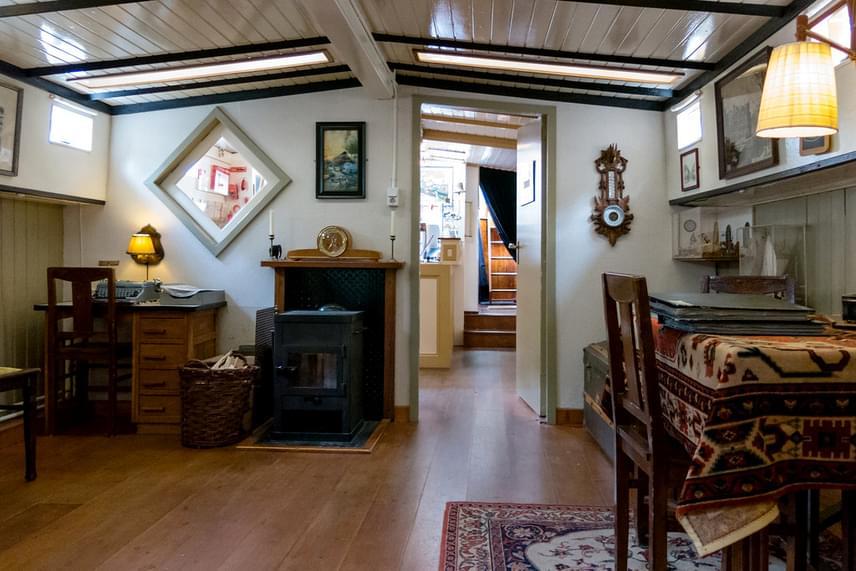 Ha valaki nem akar lakóhajón megszállni, viszont szívesen megnézné, milyen egy ilyen otthon belülről, Amszterdamban például múzeumi keretek között is megteheti - a képen a lakóhajó-múzeum egy belső tere látható.