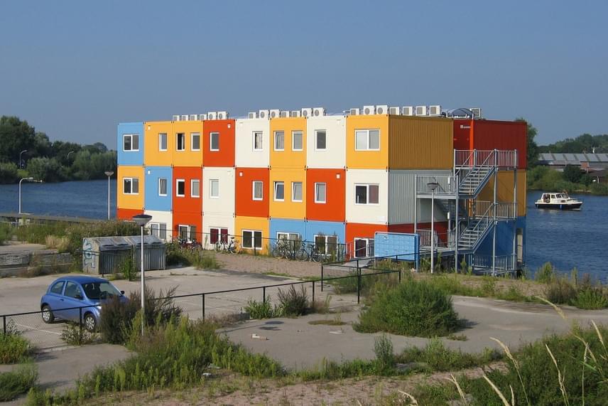 Hollandia más területein is népszerűek a hasonló épületek, a képen látható, diákok által birtokba vett lakóhajó például Zwolléban található.