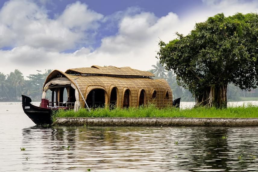 Az indiai Keralában is jellegzetes látványt, nem utolsósorban pedig kiemelkedő turisztikai vonzerőt jelentenek a különleges lakóhajók.