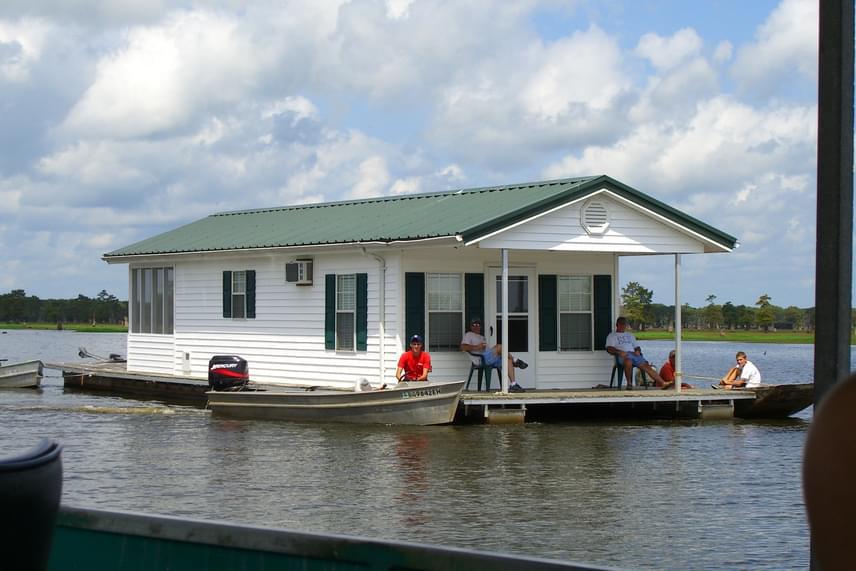 Lakóhajó az amerikai egyesült államokbeli Louisianában.