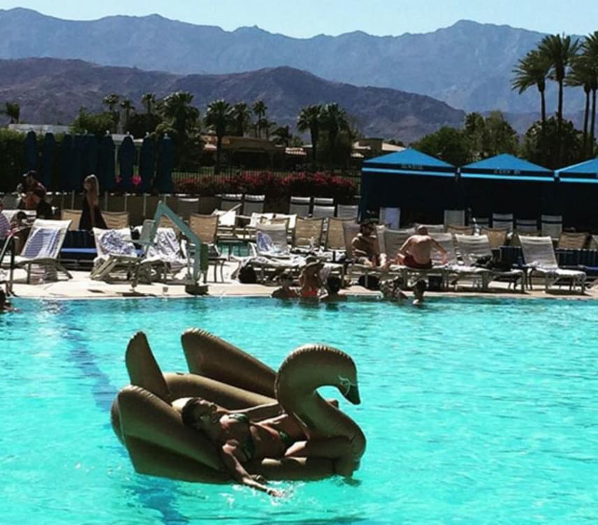 A Palm Springs-i luxusszállóban Andy Vajna feleségének van hova menekülnie a forróság elől.